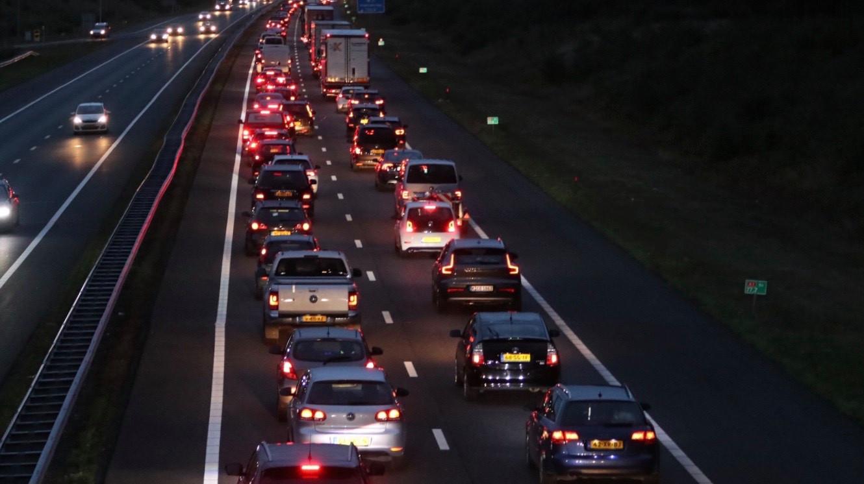 Het verkeer liep op de A1 flinke vertraging op.