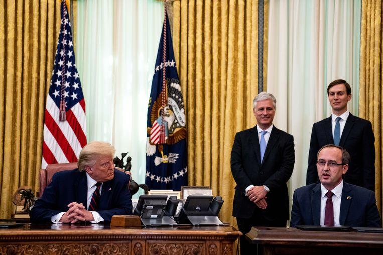 De Amerikaanse president en premier Avdullah Hoti van Kosovo in het Witte Huis. Beeld EPA