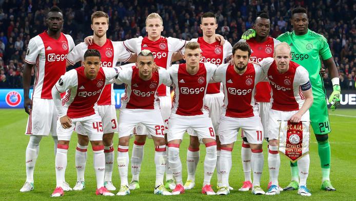 De elftalfoto van Ajax voor aanvang van de thuiswedstrijd tegen Schalke.