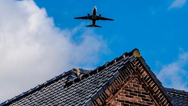 Een vliegtuig vliegt over een huis in de omgeving van Schiphol Beeld ANP