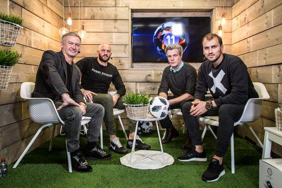 Van l naar r: HLN-analist Marc Degryse, Jelle Van Damme, Proximus 11-moderator Niko Lainé en HLN-journalist Niels Poissonnier