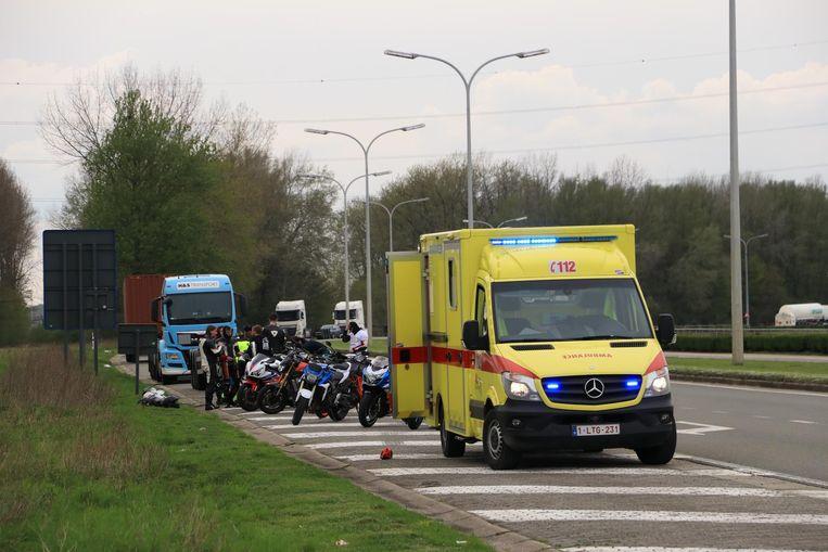 De ambulance is ter plaatse om de onfortuinlijke motorrijder naar het ziekenhuis te voeren.