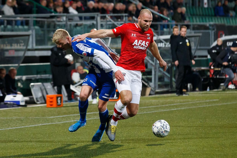 Ron Vlaar in duel met Jens Odegaard van Heerenveen.