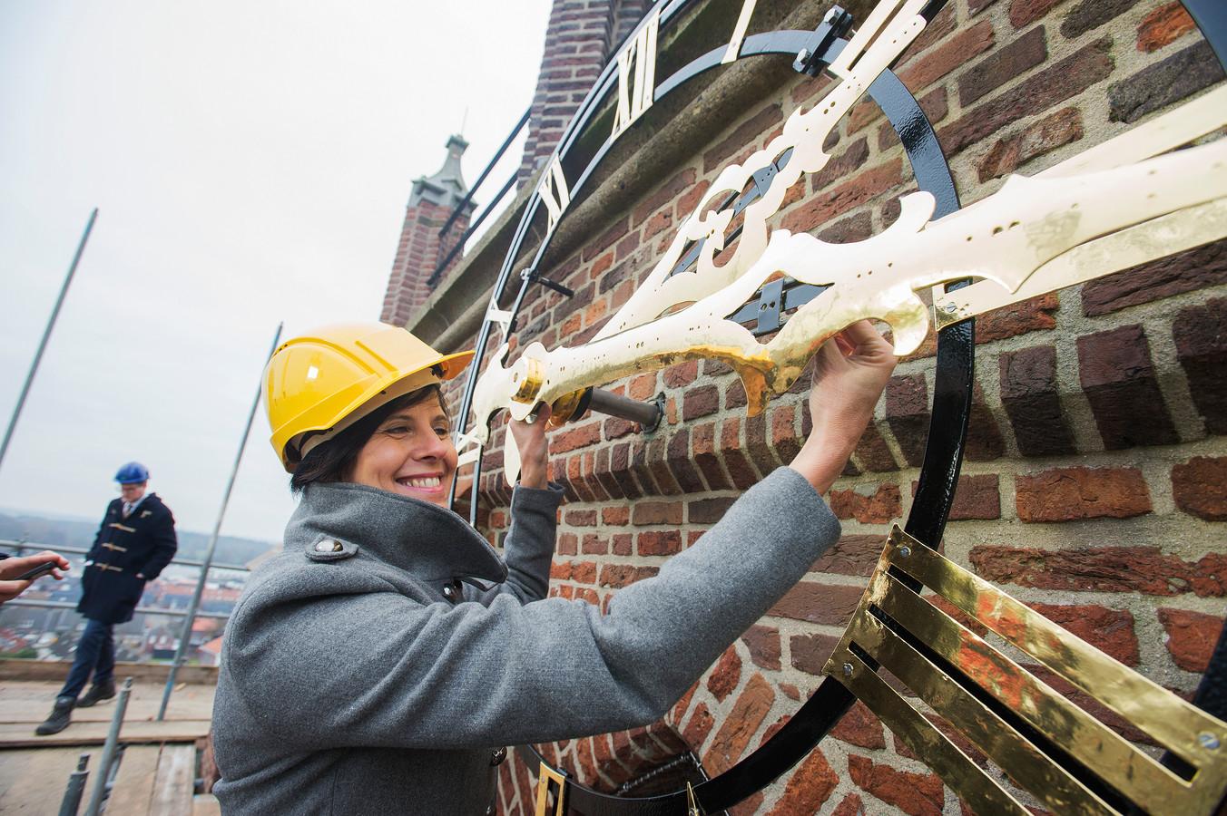 Als wethouder voor Gemeenschapslijst mocht Silvia Bloemsma de wijzers op de gerestaureerde toren van Beek terugplaatsen. Inmiddels is Bloemsma fractievoorzitter voor LEV.