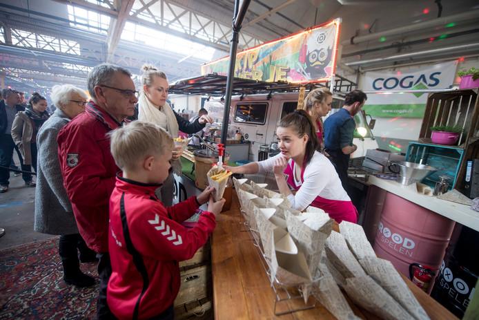Het foodtruckfestival in betere tijden, in de Wevershal op het Indiëterrein.