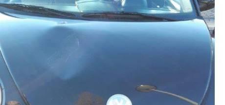 Rijssenaar (37) ramt pui en loopt over auto's in Almelo