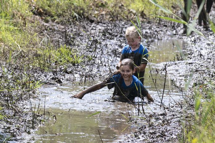Ploeteren in de modder tijdens de Regge Survival.