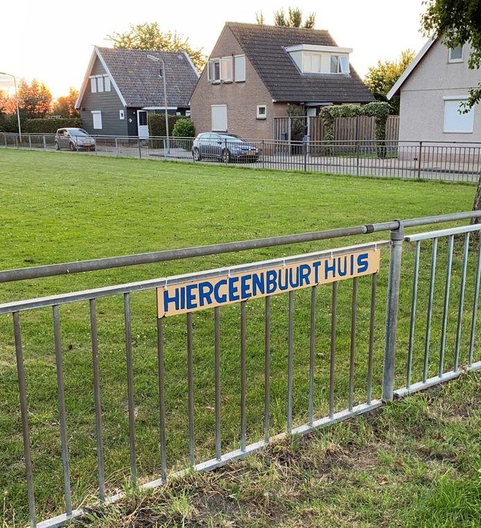 Omwonenden van het oude schoolveldje in Schuring zijn tegen de komst van een buurthuis en laten dat blijken. Aan een hek langs het veld hebben zij een bord opgehangen met daarop 'Hier geen buurthuis'.