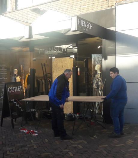 Snelkrakers stelen jassen bij kledingwinkel Hiensch in Veenendaal