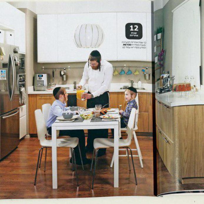 Een pagina uit de brochure van IKEA Israël. Een vader geeft twee zoontjes te eten in de keuken, maar van een moeder ontbreekt ieder spoor.