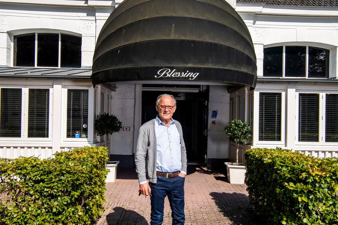Richard Groenewegen voor het zorghotel. Het pand, waar voorheen een restaurant/hotel in zat, was met een paar kleine aanpassingen geschikt te maken voor ouderen.