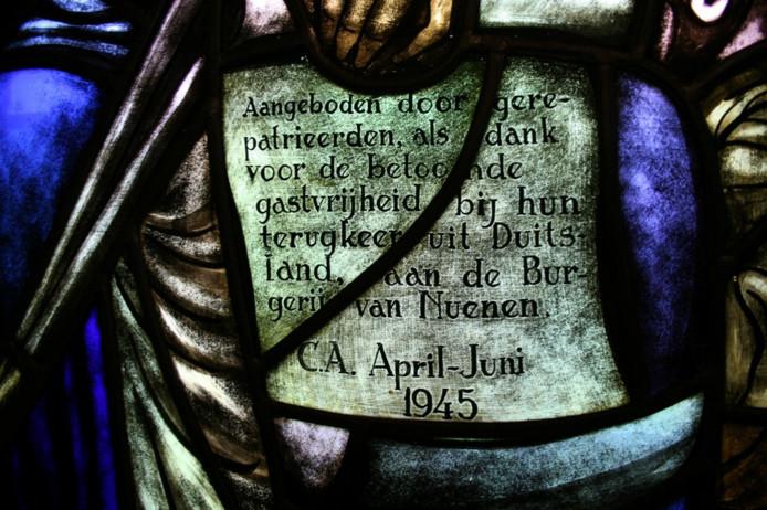 Detail uit gebrandschilderde ramen van kunstenaar Hugo Brouwer geschonken aan de gemeente Nuenen