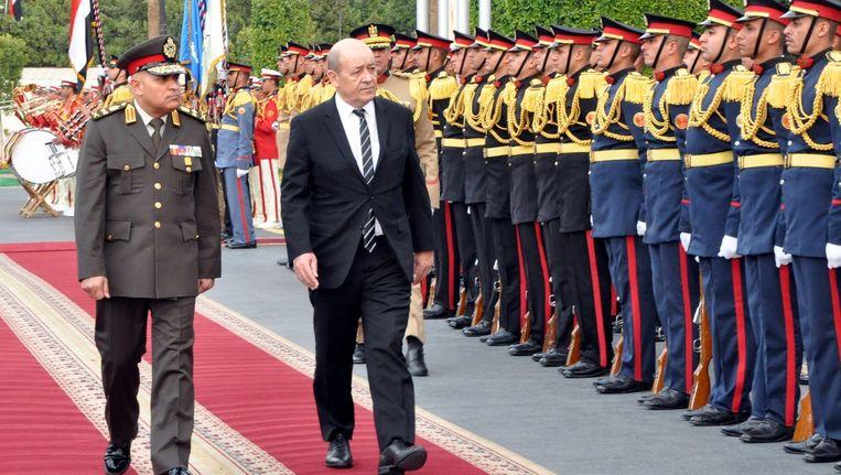 Egyptische minister van Defensie Sedki Sobhi (links) met zijn Franse collega Jean-Yves Le Drian in Caïro. Beeld epa
