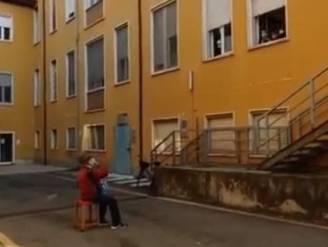 Ontroerend: 81-jarige Italiaan brengt onder ziekenhuisraam serenade aan zijn stervende vrouw