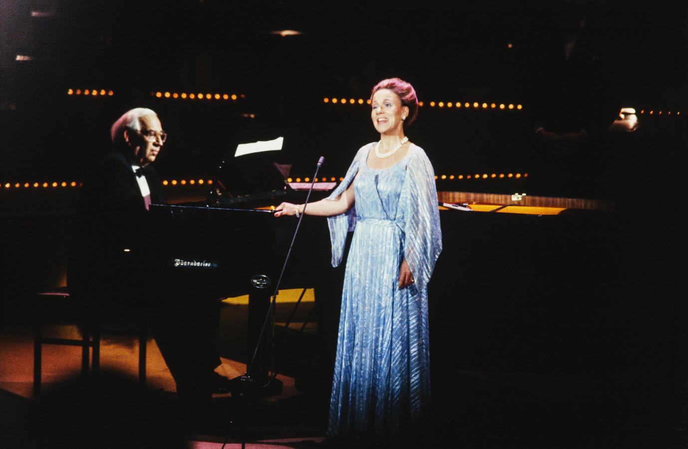 Prinses Christina tijdens haar optreden bij het concert voor de 50ste verjaardag van mr. Pieter van Vollenhoven in de Doelen in Rotterdam. Zij wordt begeleid door Daniël Wayenberg aan de vleugel, 1989.