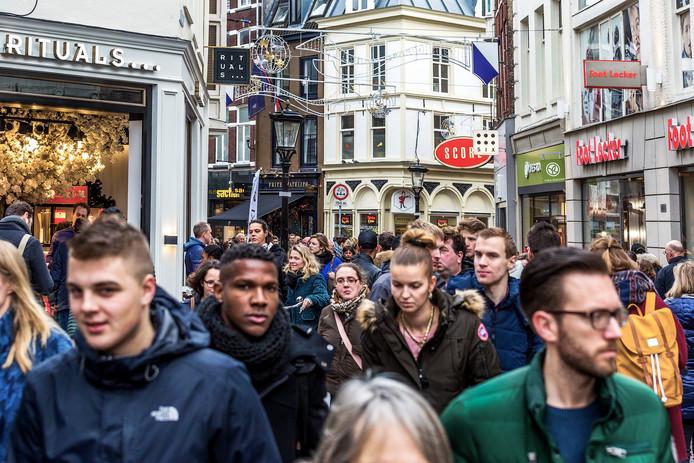 Drukte in de Lange Elisabethstraat.