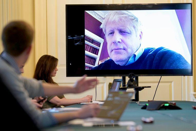 Boris Johnson zaterdag 28 maart tijdens een teleconferentie.  Beeld null