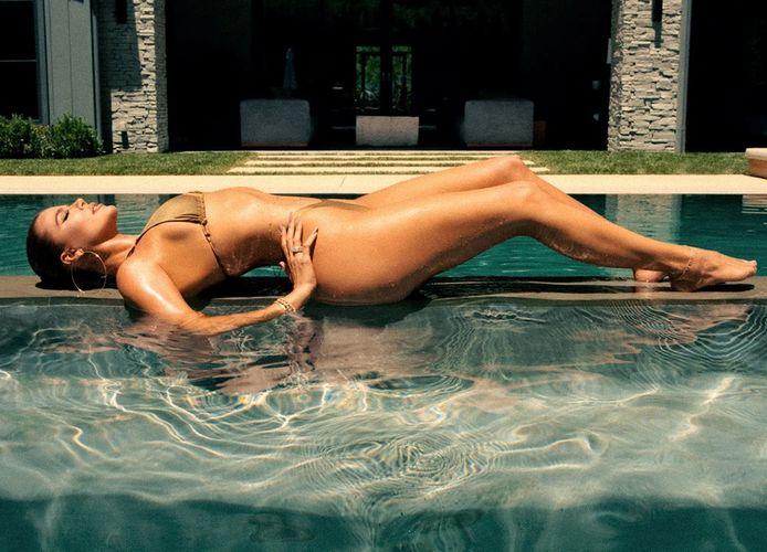 """Khloé Kardashian portant un maillot de bain de sa collection """"Good Swim""""."""
