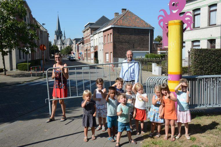 Hanne Van Herck en schepen van Mobiliteit Raf Van Roeyen houden de nadarhekken al klaar om de straat af te sluiten. De leerlingen van de vrije kleuterschool zijn alvast in hun nopjes.