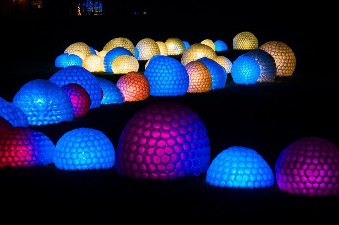 Duizenden plastic bekertjes, aan elkaar geniet, vormen een van de attracties van Kunstlicht Almkerk.