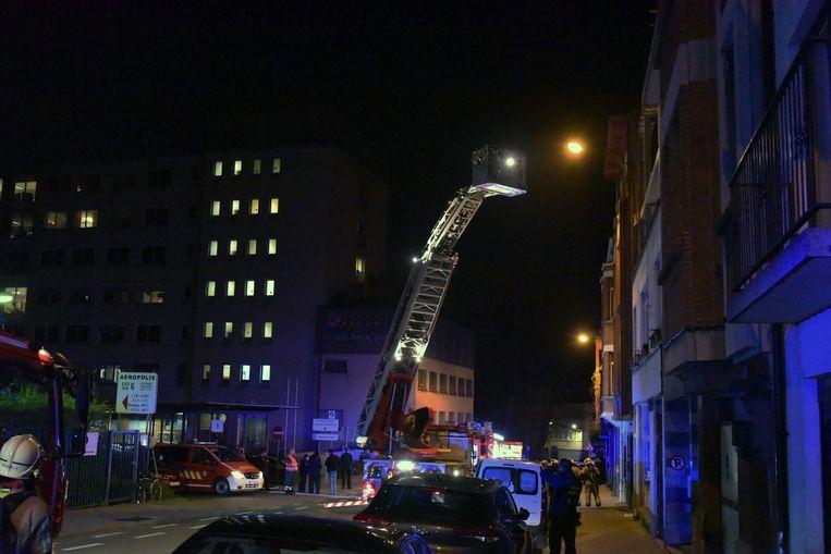 De brandweer moest verschillende mensen evacueren uit het flatgebouw waaronder brand uitbrak.