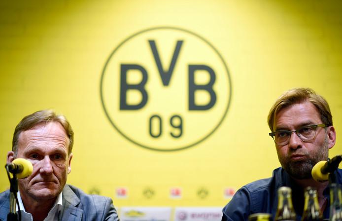 Hans-Joachim Watzke (l) en Jürgen Klopp bij het de bekendmaking van het afscheid van laatstgenoemde bij Borussia Dortmund op 15 april 2015.