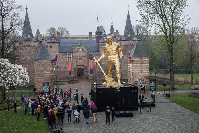 De onthulling van de Het Echte Goud voor het kasteel in Helmond, waar Lucas 'trouwt' met Linda.
