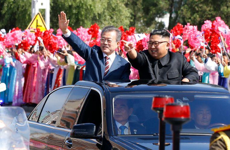 De Zuid-Koreaanse president Moon Jae-in en de Noord-Koreaanse leider Kim Jong-un worden toegejuicht tijdens een rit door Pyongyang. Beeld AP