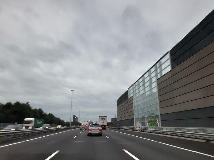 De A58 ter hoogte van de geluidswal over de Tilburgseweg bij Goirle.