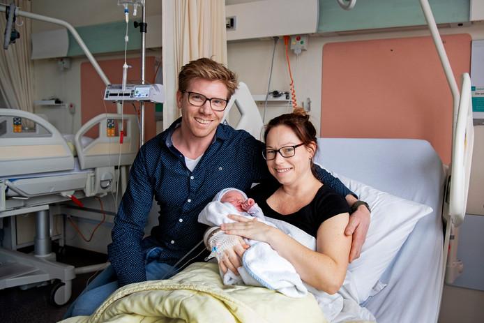 Jim en Fleur Berkhout met hun kersverse dochter Luus in het ziekenhuis van de Noordwest Ziekenhuisgroep in Alkmaar.