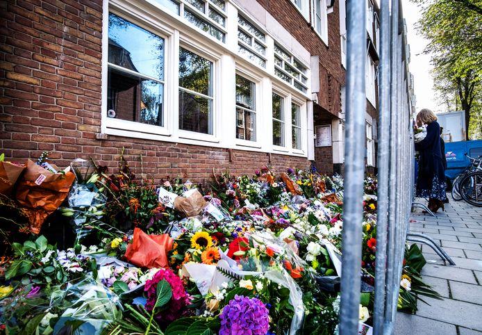 De vele bloemen bij het kantoor van de doodgeschoten advocaat Derk Wiersum.