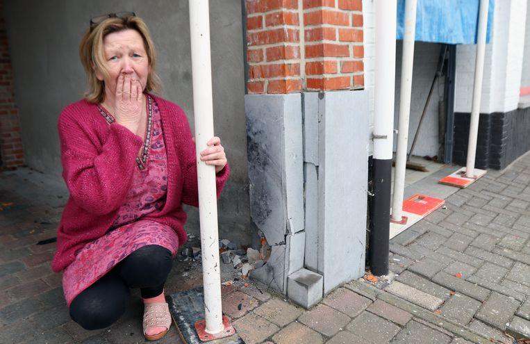 Ingrid Eyckmans bij haar beschadigde woning.