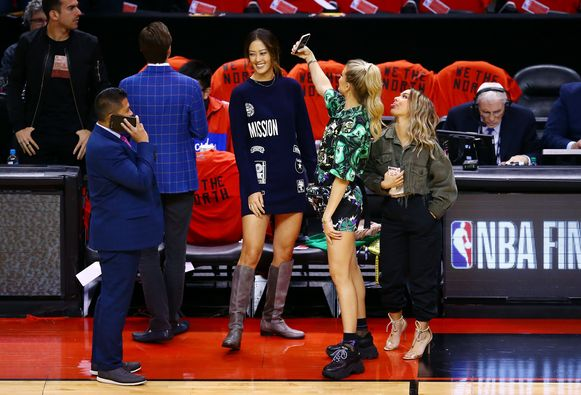 Bouchard nam haar nichtje Celeste Boucard en profgolfster Michelle Wie mee naar het stadion.