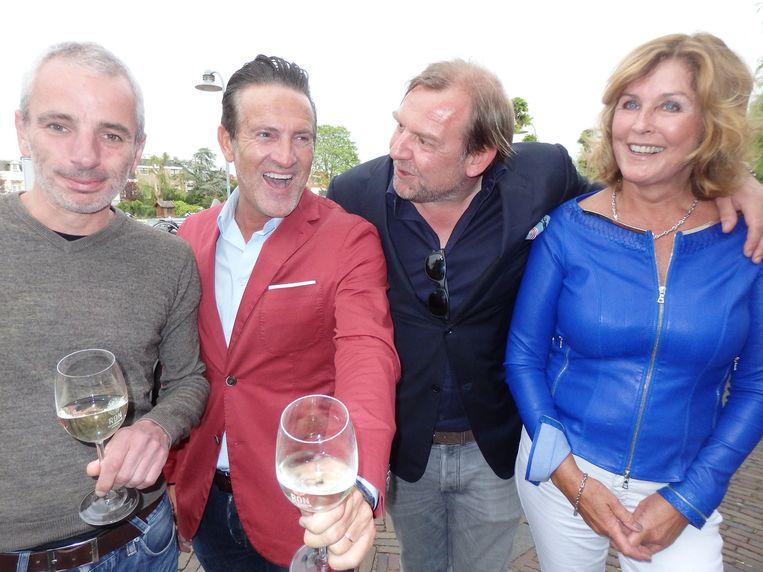 Wijn- en warm etenkenners Cuno van 't Hoff, Ron Vermeulen en Tom Kellerhuis, en Marijke Driessen, 'Goudhaantje.' (vlnr) Beeld Schuim