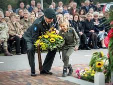 Bloemen en gedichten bij monument de Waaloversteek
