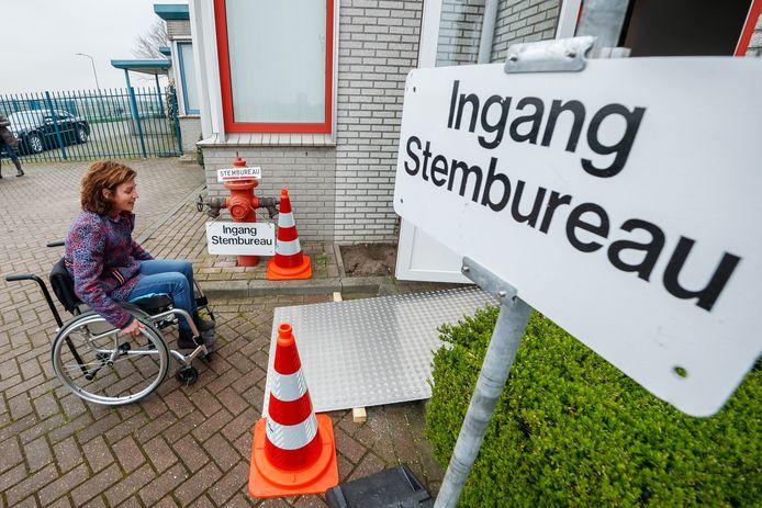 Archieffoto van wethouder Lieke Schuitmaker die in samenwerking met WWZ-Drimmelen de toegankelijkheid van de stembureaus in Drimmelen test.