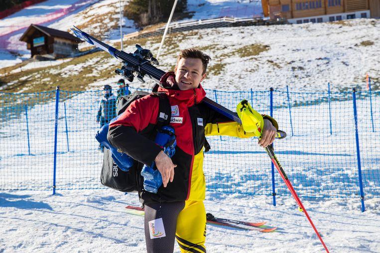 Ski's, skischoenen en -stokken. Marchant is klaar om erin te vliegen.