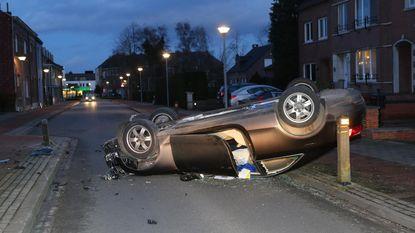Auto over de kop: bestuurder (65) ongedeerd
