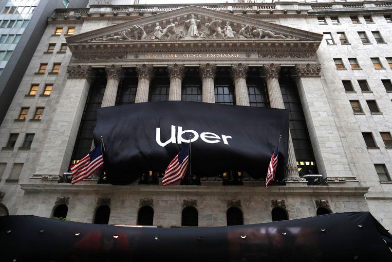 Een spandoek met de bedrijfsnaam hangt aan de New York Stock Exchange in New York. Vrijdag gaat Uber naar de beurs. Beeld null