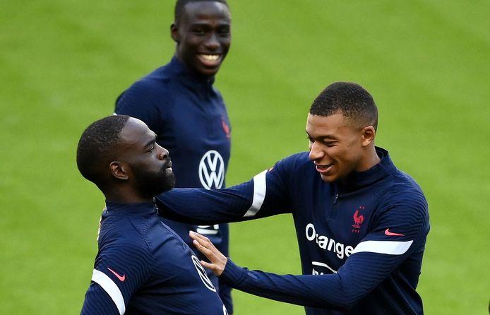 Mbappé dolde vandaag nog op training met zijn Franse ploegmaats, zoals hier Moussa Sissoko.