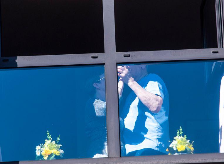 Twee bewoners placeren een dansje tijdens het optreden aan WZC Schelderust.