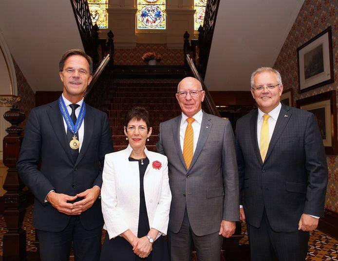 Mark Rutte, de Australische premier Scott Morrison (rechts) en de Gouverneur-generaal David Hurley met zijn vrouw (midden).