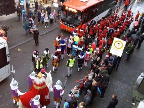 Stadsbussen drukken optocht Sinterklaas van de weg