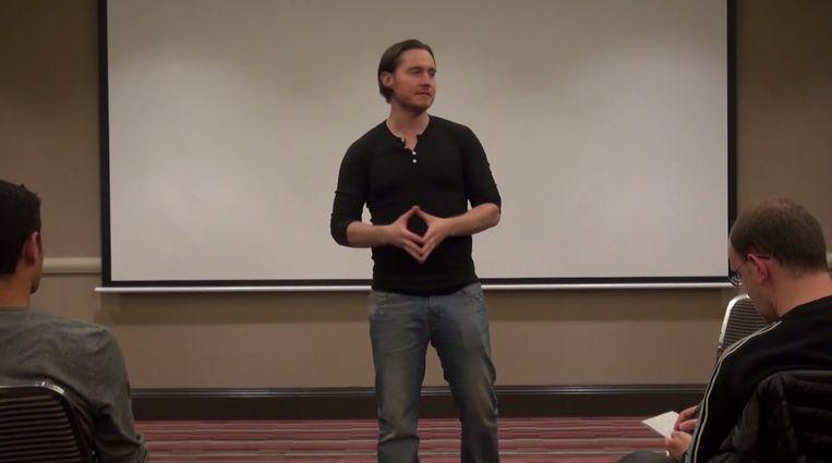 Todd Valentine tijdens één van zijn lezingen. Beeld YouTube