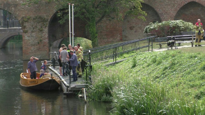 De hulpverleners op de plek waar de vrouw te water raakte.