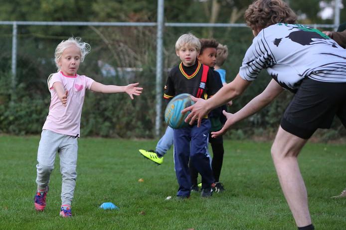 Ook de heel jonge jeugd wordt bij Pickwick Players al de liefde voor de rugbysport bijgebracht. Foto: Ronny te Wechel