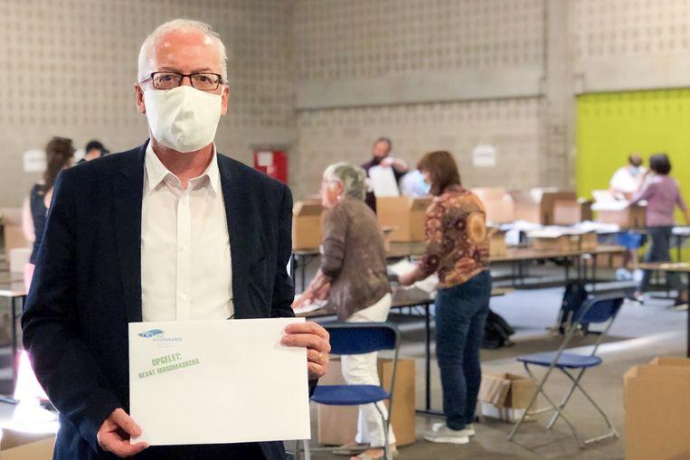 Burgemeester Marnic De Meulemeester (Open Vld) De Meulemeester  in de Qubus, waar vrijwilligers de omslagen met mondmaskers vullen om ze aan huis te leveren.