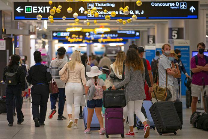 Reizigers in de Miami International Airport zondag.