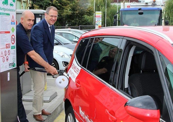 Fluvia-zonecommandant Frank Maertens en Imog-algemeen directeur Johan Bonnier, bij de CNG-tankinstallatie in de Kortrijksesteenweg in Harelbeke