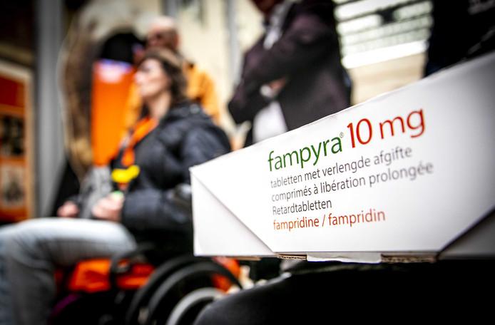 MS-patienten bieden aan de Tweede Kamer meer dan 41.000 handtekeningen en een petitie aan.
